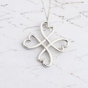 Heart and clover motif pendant made with white gold.