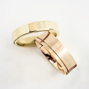 Men's handmade wedding rings in rose gold and yellow gold. Make your own wedding rings with the help of a jeweller.