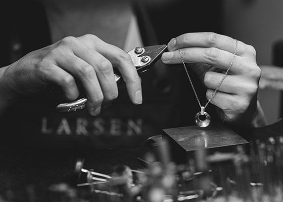 A Larsen Jeweller custom making a gold chain in the sydney studio
